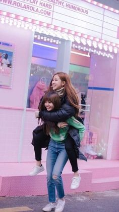 Lisa and Rosé Blackpink Kim Jennie, Jenny Kim, Kpop Girl Groups, Kpop Girls, K Pop, Seoul, Memes Blackpink, Oppa Gangnam Style, Black Pink Kpop