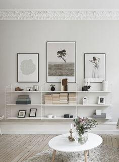 Sehr minimalistisches Regal im Wohnzimmer mit Postern und leichter Deko. | String Pocket shelf system - Pesquisa