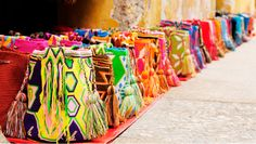 Bolsos wayuu. El it bag que todas quieren  Después de conquistar las pasarelas, los prints étnicos reclaman sitio en nuestro guardarropa. Sobredosis de color y estampados tribales son la tendencia preferida de las celebrities. ¿Quieres unirte a la tribu? Los bolsos wayuu de esta colección han sido elaborados por las mujeres de la tribu homónima que habita en la Guajira (Colombia). Un diseño divertido para un auténtico look étnico.