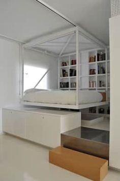 Minimalistisches Hochbett and der Decke befestigt von 2G.arquitectos.