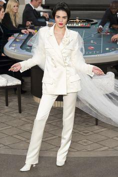 Kendall Jenner Le défilé Chanel haute-couture automne-hiver 2015-2016 http://www.vogue.fr/mode/mannequins/diaporama/kendall-jenner-meilleurs-looks-de-dfil-fashion-week-chanel-givenchy-balmain/22675#kendall-jenner-le-dfil-chanel-haute-couture-automne-hiver-2015-2016