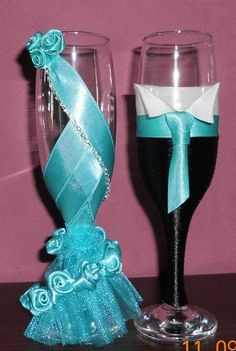 Decorate wine glasses with flowers and beads, It's easy but looks great ! Wine glass decorations can help dress up your table for a party or wedding, or simply help guests keep track of their glasses throughout the evening. Wine Glass Crafts, Wine Bottle Crafts, Bottle Art, Wedding Crafts, Diy Wedding, Wedding Decorations, Decorated Wine Glasses, Painted Wine Glasses, Wedding Wine Glasses