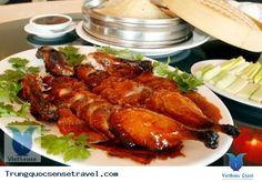 Vịt quay Bắc Kinh là một món ăn đặc sản nổi tiếng từ Đông Bắc Trung Quốc, đặc biệt là ở Bắc Kinh. Đặc trưng của món vịt quay là da vịt mỏng, giòn, màu vàng sậm. Nhiều nhà hàng phục vụ món da và món thịt riêng. Vịt Bắc Kinh to, béo sau khi được quay trong lò lửa lớn được nhà hàng lạng lấy thịt và da... Xem thêm: http://trungquocsensetravel.com/vit-quay-bac-kinh-n.html