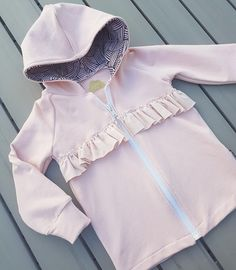 frillahuppari Nosh joustocollege Sewing For Kids, Sewing Ideas, Trends, Baby Girl Fashion, Girl Style, Kids Clothing, Diy Clothes, Kids Outfits, Ruffle Blouse