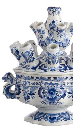 Dutch Blue of Delft Bleu, gemaakt bij The Koninklijke Porceleyne Fles in Delft, vanaf de 17th century. Alles wordt met de hand geverfd.