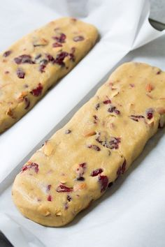 This classic biscotti recipe makes the best biscotti cookies! A basic biscotti r Healthy eating Best Biscotti Recipe, Christmas Biscotti Recipe, Italian Biscotti Recipe, Cranberry Almond Biscotti, Pistachio Biscotti, Cookie Desserts, Dessert Recipes, Biscotti Cookies, Biscotti Biscuits