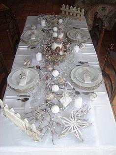 Jolie table pour un Noël blanc ^^ D'autres idées sur le blog.