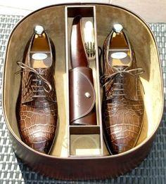 Boite de rangement et kit d'entretien pour chaussures #style #menstyle #menshoes #shoescare #dandy #chic #derbys #chaussures #entretien