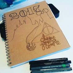 Ça prend forme ;) #bujo #2017 #chaquejourcompte  @tchoubi_chaquejourcompte  #harrypotter #always #hogwart #drawing #steadler #fabercastell  Bullet journal cover bujo couverture Harry Potter Golden snitch
