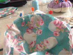 El patchwork de Rosa: Cómo colocar la manga de flamenca. Sewing Collars, Diy, Scrappy Quilts, Costume Design, Sewing Patterns, Flamingo Pattern, Zapatos, Bricolage, Do It Yourself