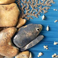 Des galets trouvés sur la plage en oeuvres d'art