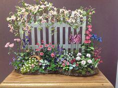 Dollshouse miniature garden by Lucille Locket Jardin miniature Dollshouse par Lucille Locket Miniature Plants, Miniature Rooms, Miniature Fairy Gardens, Miniature Houses, Diy Dollhouse, Dollhouse Miniatures, Dollhouse Landscaping, Mini Plants, Ideias Diy