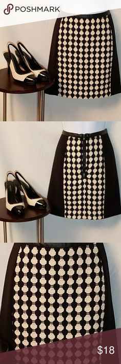 """H&M Black & cream pattern miniskirt Very classy black miniskirt with cream woven stitched pattern on panels. Pretty leather detail around waist. Fully lined. Zips in back.  Size 6  Shell: 63% polyester/33% viscose/4%elastane Lining: 100% polyester """"Structured parts:"""" 70% polyester/30% cotton  In very good condition  Approximate Measurements: Waist to hem = 16 1/2 in; Half waist = 14 in. H&M Skirts Midi"""