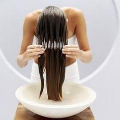 Verwarm olijfolie en honing in een kom, laat wat afkoelen en kam door je haar. Laat een tijdje intrekken, dan uitwassen. Maakt je haar super zacht.