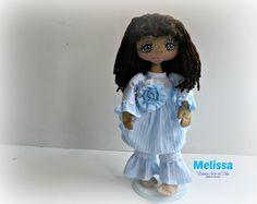 Adorable muñequita de trapo con vestido de tela