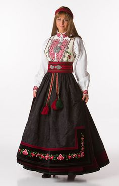Beltestakk'– Beautiful Norwegian Bunad from Telemark Originally, the Beltestakk was up-to-date with contemporary fashion using dark colors on fabric and décor. It is named after the wide, colorful belt that runs several times around the waist. Norwegian Clothing, Norwegian Fashion, Frozen Costume, Folk Fashion, Folk Costume, Historical Clothing, Contemporary Fashion, Traditional Dresses, Bohemian Style