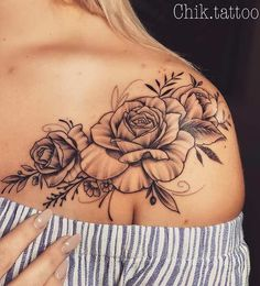 Rose Shoulder Tattoo for Women Rose Schulter Tattoo für Frauen New Tattoo Designs, Tattoo Designs For Women, Pretty Tattoos For Women, Rose Tattoos For Women, Tattoos With Roses, Flower Tattoo Women, 3 Roses Tattoo, Cover Up Tattoos For Women, Delicate Tattoos For Women