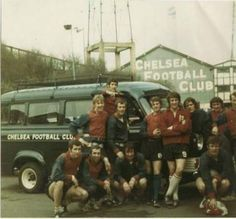 Chelsea players bus in front of Stamford Bridge in 1972 Chelsea Fc Players, Chelsea Team, Club Chelsea, Chelsea Football, Sir Alex Ferguson, Chelsea London, Good Soccer Players, Football Photos, Stamford Bridge