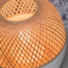 Lampe à poser en bambou composée d'une base ronde laquée blanche et d'un diffuseur en bambou tréssé. Une lampe résolument design et responsable qui habillera votre interieur d'une lumière douce...