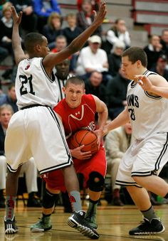 Snohomish's Steele Morgan (center) tries to fight through the defense of Mountlake Terrace's Yonnas Tewolde (21) and Prescott Day (right) in the first quarter.