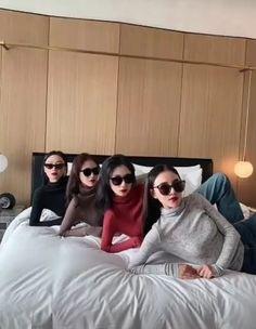 Korean Picture, Korean Girl Photo, Cute Friend Pictures, Best Friend Photos, Foto Mirror, Dark Rose, Skinny Girl Body, Girl Hand Pic, Korean Best Friends