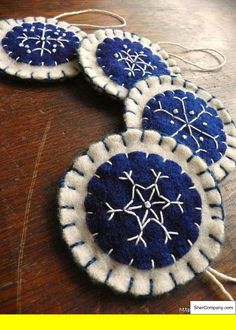 ideas for felt ornaments Felt Christmas Decorations, Christmas Ornaments To Make, Christmas Sewing, Felt Ornaments, Christmas Projects, Handmade Christmas, Holiday Crafts, Christmas Crafts, Snowflake Ornaments