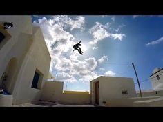 Dos jóvenes decidieron saltar sobre las blancas casas de Santorini ¡El resultado es increíble! | Upsocl