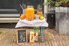 Dit heb je nodig voor 3 liter Koningscocktail:  - een pak Appelsientje Sinaasappel van 1,5 liter - 500 ml Appelsientje Mandarijn - 500 ml Appelsientje Exotisch Fruit - 500 ml water  - citroensap naar smaak (proef even tussendoor) - rode limonadesiroop  - flink wat ijsklontjes - een ananas in stukjes - een paar sinaasappel in schijfjes - een paar citroenen in schijfjes - wat takjes munt  Gooi alles bij elkaar in een grote schaal, pan of een limonade-tap, zonder de limonadesiroop. Als je…