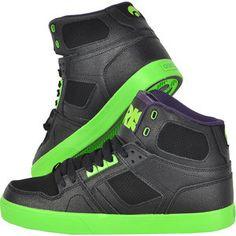 Uimeste-ti gasca cu stilul electric NYC! Alege o pereche de pantofi skate negri cu accente de verde fosforescent care te vor propulsa in centrul atentiei. Aceasta pereche este foarte moale la interior, este ridicata pe glezna pentru o mai buna sustinere si are perforatii in fata si laterale pentru respirabilitate. Talpa, tot verde fosforescent, este durabila, rezistenta la abraziune si previne alunecarea. Nu-i lasa sa scape! Jordans Sneakers, Air Jordans, Nyc, Sports, Fashion, Hs Sports, Moda, Fashion Styles, Air Jordan