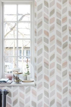 An all over wallpaper featuring a retro, geometric trailing design in pastel…