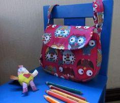 Sac besace pour enfant rose à motifs petites chouettes et sa bandoulière amovible