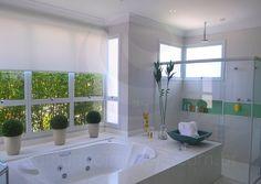 A banheira com jatos para hidromassagem tem espaço próprio, separado do chuveiro e também recebeu os cuidados especiais da proprietária, que guardou sais e espumas de banho em luxuosos frascos personalizados.