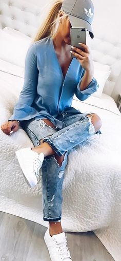 how to wear ripped jeans: hat + blouse + white sneakers