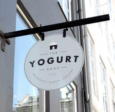 Muy bonita esta tienda de yogurt y restaurante de Copenhague, diseñada dpor Louise Skafte . Un espacio de reminiscencias nórdicas, moderno...
