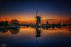 That night blue hour was as blue as it can get. Together with beautiful calm water I experienced an evening at Kinderdijk at it's best.....