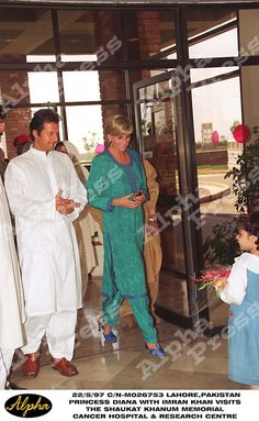 22/5/97 LAHORE,PAKISTAN.PRINCESS DIANA WITH IMRAN KHAN VISITS THE SHAUKAT KHANUM MEMORIAL .CANCER HOSPITAL & RESEARCH CENTRE