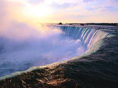 【F】ナイアガラの滝。水が生み出した造形物。カナダにあるナイアガラの滝はカナダ滝とアメリカ滝とブライダルベール滝から構成される。
