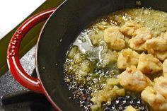 Sorelle in pentola: Bocconcini di pollo al limone, in crosta di riso e cipolla caramellata.