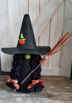This witch gnome stands 10 high. She is in all black with black soft braids with orange sparkle bows. She has her broomstick and has a pumpkin witch on her hat. Halloween Crochet, Fall Halloween, Halloween Crafts, Imprimibles Halloween, Felt Witch Hat, Scandinavian Gnomes, Craft Day, Christmas Gnome, Felt Diy