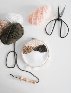 Le Punch Needle est une nouvelle technique qui fait de plus en plus d'adeptes. Je vous propose aujourd'hui d'apprendre les bases pour que vous puissiez aussi réaliser tout cela chez vous. FOURNITURES : Le punch needle est une technique de broderie qui utilise une grosse aiguille pour pouvoir broder de la laine, d'où cet effet « grosse maille ». Il existe plusieurs tailles d'aiguilles qui correspondent à vos épaisseurs de laine. J'ai achetée une taille 8 sur un e-shop américain d'Amazon…