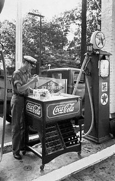 Ice Block Picking Coca Cola Service Station Vintage Reprint Of Old Photo Coca Cola Vintage, Coca Cola Ad, Always Coca Cola, Drive In, Old Photos, Old Pictures, Pays Francophone, Pompe A Essence, Old Gas Pumps
