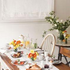 꽃향기와 함께 찾아온 봄날의 주말. 한껏 분위기를 낸 브런치 테이블을 준비해보자. 화이트 러너와 꽃, 심플하지만 맛과 영양이 풍부한 메뉴로 완벽한 주말 브런치를 준비한다.