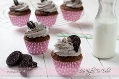 Oreo cupcakes, ricetta dolcetti facili con biscotti Oreo. Dolci per la colazione, la merenda ed occasioni speciali. Cupcake con Oreo e frosting al mascarpone