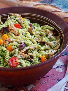 Pastasalat med pesto, kylling og tomater #pastasalat #lettvintmiddag #salat #pasta #kylling #familievennligmiddag #salad #chicken #easyrecipe #easydinner #pesto Healthy Salads, Healthy Eating, Healthy Recipes, Pasta Med Pesto, Homemade Pesto, Pasta Dishes, Food Inspiration, Easy Meals, Food And Drink