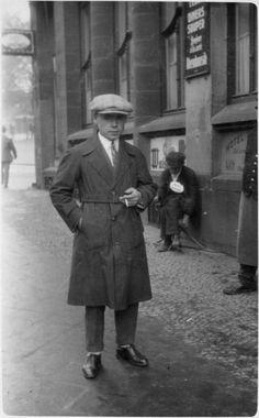 Junger Mann vor älterem Bettler, wohl Saarbrücken 1920er