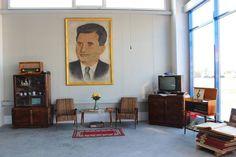 Cameră cu obiecte din perioada comunistă, reprodusă în Muzeul Daciei Românești - foto: BenyTrans