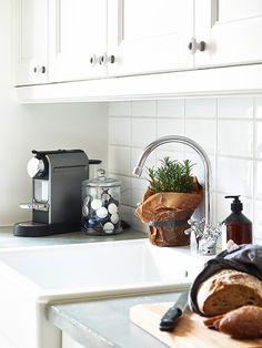 Glass storage jar for Nespresso cups Coffee Nook, Coffee Bar Home, Coffee Corner, Capsule Dolce Gusto, Kitchen Dining, Kitchen Decor, Kitchen White, Coffee Pod Storage, Scandinavian Kitchen