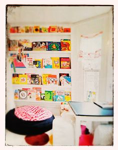 In the children's bedroom the books are also placed on small shelves.