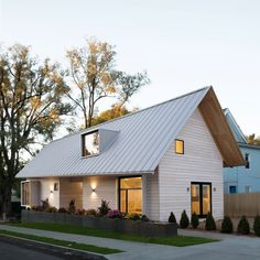 Students at Yale University have completed a prefabricated building in New Haven with two apartments that will be leased to homeless people.