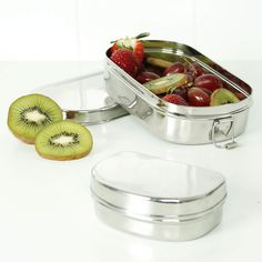 As a means of reducing and reusing, Slice of Green proffers this lunch box in 201 stainless steel for everyday use. Durable in its composition, it is BPA-free and free of leaching. Ultra-versatile, this lunch box includes a mini container for storing other perishable goods while on-the-go.